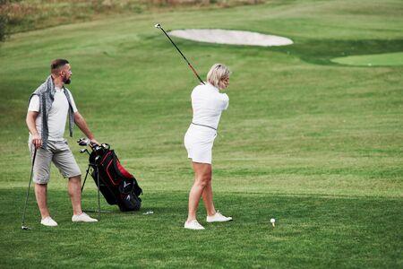 De bal proberen te raken. Een paar golfspelers hebben een goed spel in hun weekendtijd.
