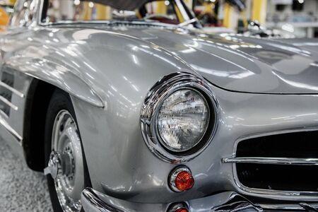 SINSHEIM, DEUTSCHLAND - 16. OKTOBER 2018: Technik Museum. Vorderansicht des weißen seltenen Luxusautos.