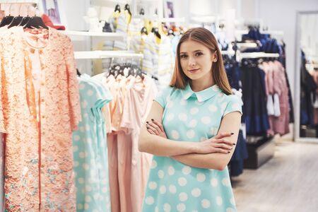 Ropa de compras de mujer. Comprador mirando ropa interior en tienda. Modelo femenino caucásico asiático sonriente feliz hermoso.