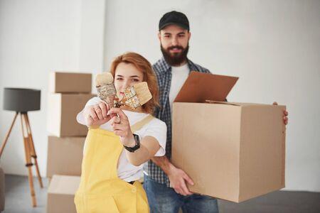 Brosses croisées dans les mains. Couple heureux ensemble dans leur nouvelle maison. Conception de déménagement.