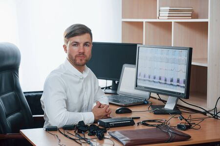 In the workplace. Polygraph examiner works with his lie detectors equipment. Stok Fotoğraf