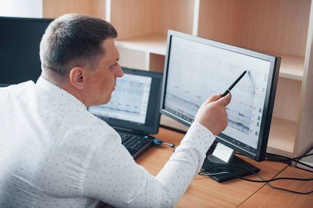 Parece bastante bueno en este lugar. El examinador de polígrafo trabaja en la oficina con su equipo de detectores de mentiras.