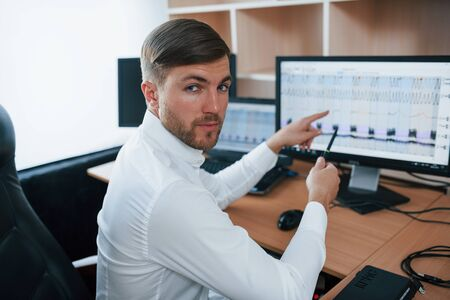 Eche un vistazo a ese momento. El examinador de polígrafo trabaja en la oficina con su equipo de detectores de mentiras.