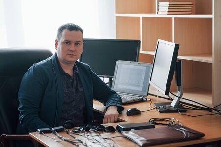 Una sola persona. El examinador de polígrafo trabaja en la oficina con su equipo de detectores de mentiras.