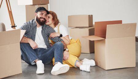 함께 있는 것을 즐깁니다. 그들의 새 집에서 함께 행복 한 커플입니다. 이동의 개념입니다. 스톡 콘텐츠