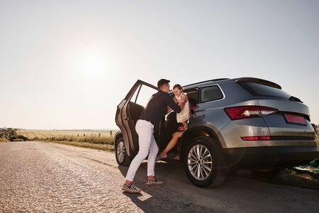 Uitgaan. Mooie mensen zitten in hun weekend in de moderne auto.