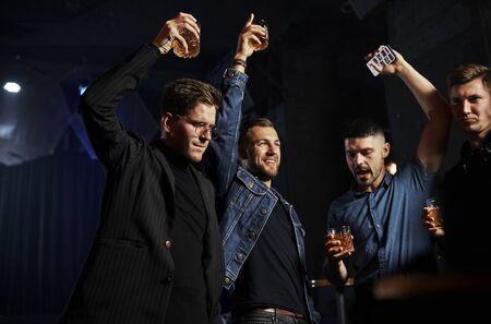 La gente se divierte en la discoteca. Con alcohol en las manos.