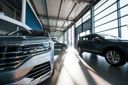 Brand new cars at dealer showroom. Perfectly polished. Natural lighting. Stockfoto