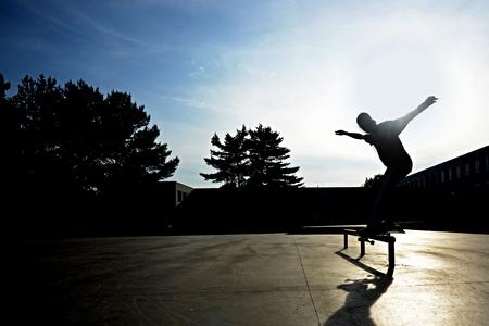 Mladý jezdec na skateboardu snímku