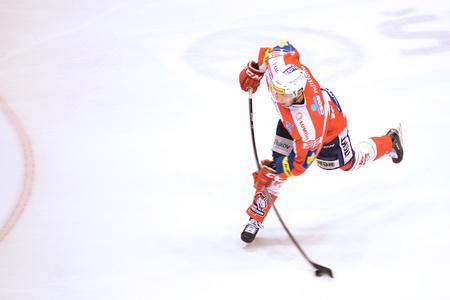 5 0: 08032015 PARDUBICE _ Tomáš Zohorna shots to goal 5: 0 in a match HC Pardubice and HC Vitkovice.