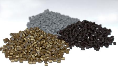 De plastic korrels. Kleurstof voor polypropyleen, polystyreenkorrels in een meetreservoir