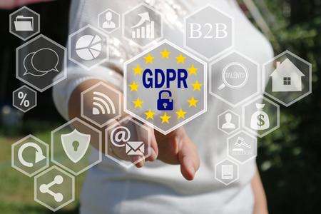 사업가는 터치 스크린에서 GDPR을 선택합니다. 일반 데이터 보호 규정 개념.