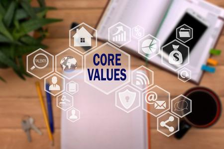 VALEURS FONDAMENTALES sur l'écran tactile du réseau, sur fond flou de bureau. Concept de VALEURS FONDAMENTALES