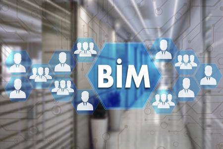 Création de systèmes de représentation de l'information. BIM sur l'écran tactile avec un arrière-plan flou du bureau.Le concept de modèle d'information du bâtiment BIM