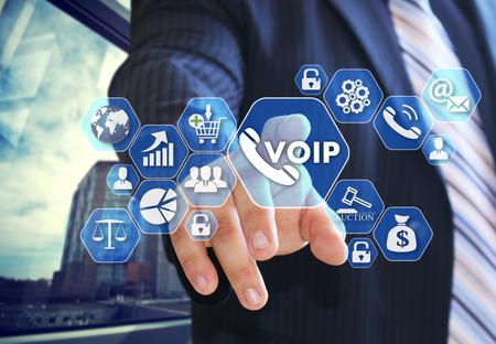 L'uomo d'affari sceglie VOIP sullo schermo virtuale nella connessione di social network.