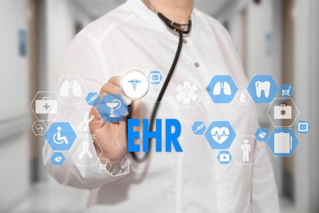 Elektronische Gesundheitsakte. EHR auf dem Touchscreen mit Medizinikonen auf dem Hintergrund verwischen Doktor im Krankenhaus.