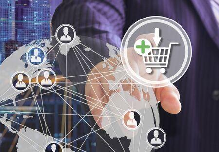 Der Geschäftsmann wählt den Warenkorb auf dem Touchscreen mit futuristischem Hintergrund aus. Das Konzept von Online. Auktionen.Online-Shop. Einkaufswagen-Symbol. E-Commerce. Standard-Bild