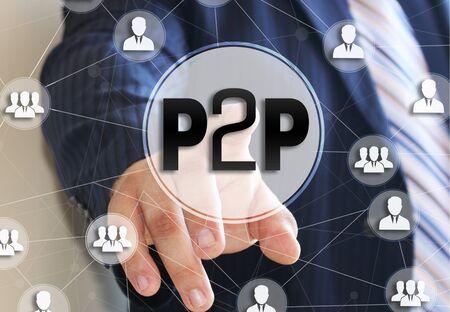 L'uomo d'affari sceglie il P2P, Peer to peer su un touch screen. Concetto di prestito peer to peer.