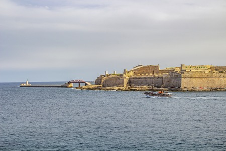 A cruise ship passes along Fort Saint Elmo at Grand Harbor, Valletta, Malta 版權商用圖片