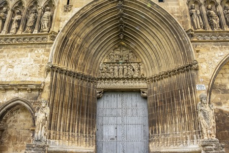 Entrance to the Church of Santo Sepulcro or Church of the Holy Sepulchre in Estella or Lizzara in Navarre, Spain on the Way of St. James, Camino de Santiago 免版税图像