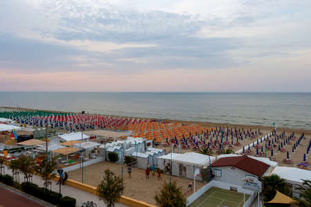SENIGALLIA, ITALY - MAY 31, 2018: Lungomare Dante Alighieri, seafront Dante Alighieri elevated evening view with beaches with beach umbrellas and sunbeds lines at Province of Ancona, Marche Region 新聞圖片