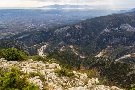 Nestos Gorge Observatory spectacular panoramic view with Nestos River in Topeiros Municipality, Xanthi Region, Greece 免版税图像
