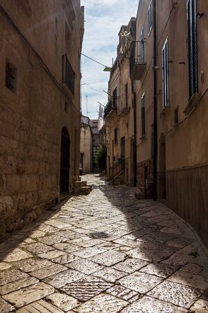Old town street contre-jour view in Altamura, Apulia, Italy 免版税图像