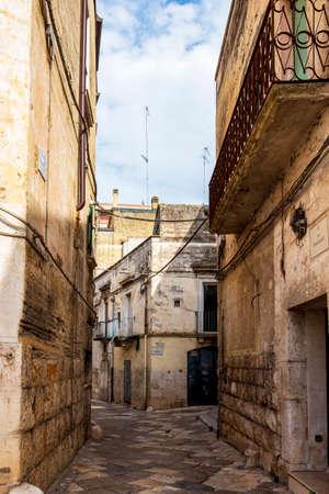 ALTAMURA, ITALY - AUGUST 26, 2018: Foggiali Street and Ospedale Vecchio Street view in the old town of Altamura, Apulia, Italy 新闻类图片