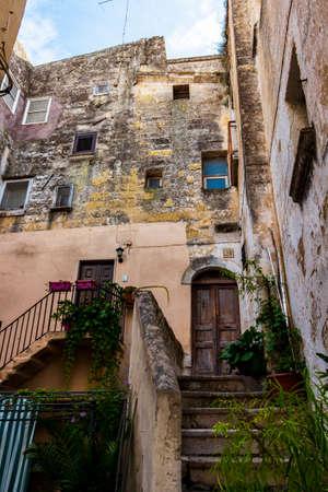ALTAMURA, ITALY - AUGUST 26, 2018: Old town street view, ancient cloister in Altamura, Apulia, Italy 新闻类图片