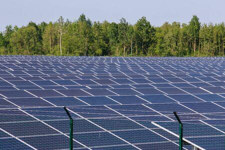 Paneles solares bajo el sol en el campo. Foto de archivo