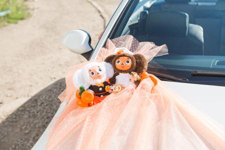mu�ecas rusas: Decoraci�n de la boda en el coche con las mu�ecas rusas Foto de archivo
