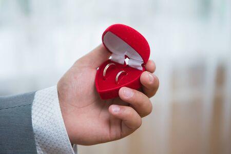 anillos de boda: La novia tiene un anillo de bodas en su caso