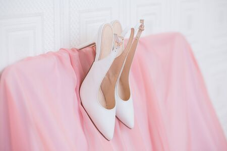 coral bell: White Wedding shoes on the gatherings of the bride