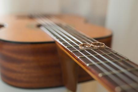 anillos de boda: anillos de oro de la boda en la guitarra. concepto de la boda Foto de archivo