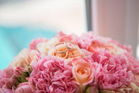 Bunte Braut schöner Blumenstrauß der verschiedenen Blumen