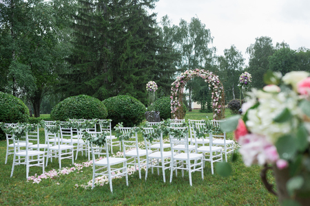 雨の中公園で美しい結婚式