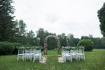 outdoor wedding: beautiful wedding ceremony in the park in the rain Stock Photo