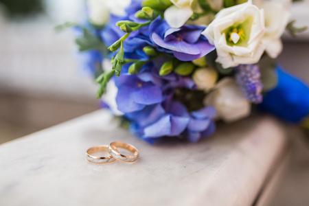 두 결혼 반지 및 봄 꽃. 결혼식 개념. 스톡 콘텐츠