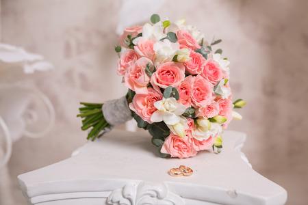 Zwei Hochzeitsringe und Frühlingsblüten. Hochzeit-Konzept. Standard-Bild