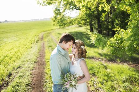 Giovane coppia in amore camminare nelle mani parco di primavera in possesso