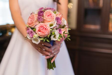 huwelijksboeket in handen van de bruid Stockfoto