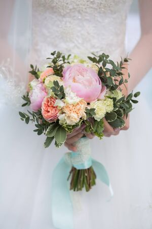 Hochzeit Blumenstrauß in den Händen der Braut