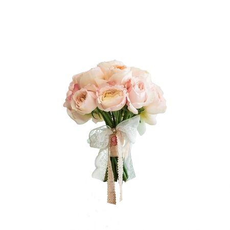 Rich bruiloft boeket van roze pioen rozen op een witte achtergrond
