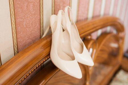 Blanc mariage chaussures sur les rassemblements de la mariée