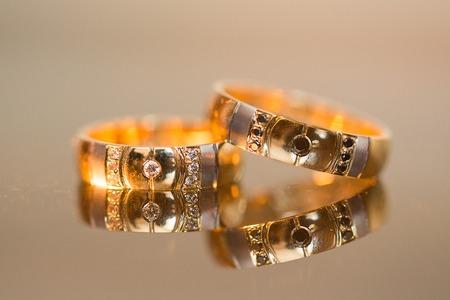 Trouwringen in goud en diamanten aan de tafel