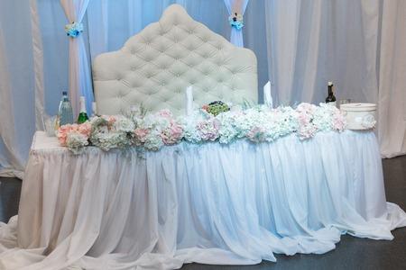 Belle décoration florale de la salle de banquet de mariage
