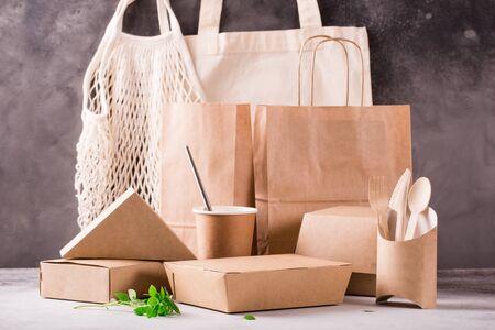 Öko-Lebensmittelverpackung aus recyceltem Kraftpapier. Flaches Laienkonzept für Umweltschutz, Naturschutz, Recycling, Zerp-Abfall. Umweltfreundliche Gerichte
