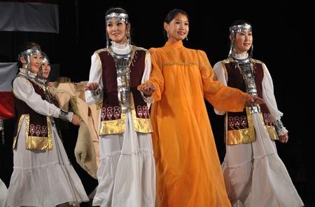 reenact: Varsovia, Polonia - el 19 de agosto de 2010 - folclore Ensemble MICHAAR de la Rep�blica de Saja (Yakutia) de Rusia - recrear boda durante la WARSFOLK de Festival de Folklore internacional.