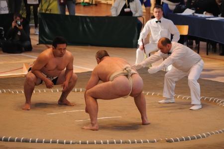 17: Varsovia, Polonia - el 17 de octubre de 2010 - contendientes en el Campeonato Mundial de Sumo Editorial