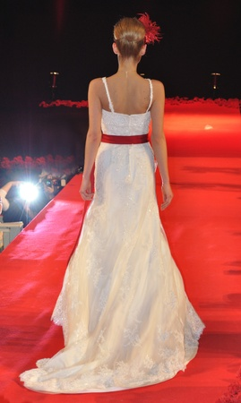 Warsaw, Poland - January 16, 2010 - Model in bridal dress on the catwalk, at Wedding Fashion Show. 新聞圖片